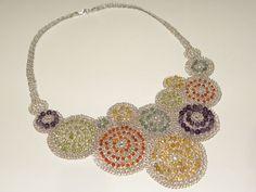 Colar com fio de prata e diversas pedras coloridas (R$ 680)