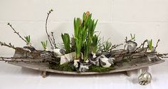 Bloemschikken Rosalie: Bloemschikken Voorjaar & Pasen 2015 - Houten schaal Easter Flower Arrangements, Early Spring Flowers, Rosalie, Easter Table Decorations, Nature Table, Bulb Flowers, Centerpieces, Christian Easter, Felt Decorations
