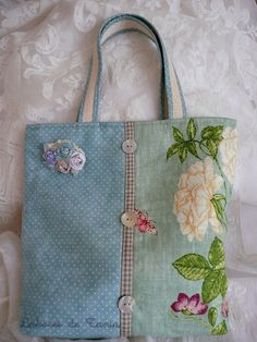 floral (might be applique), ribbon and mother of pearl buttons as embellishment Más Handmade Purses, Handmade Handbags, Handmade Fabric Bags, Handmade Bracelets, Patchwork Bags, Quilted Bag, Tote Handbags, Purses And Handbags, Coin Purses