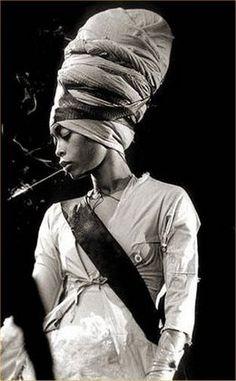 photo noir et blanc : Erykah Badu, chanteuse US, turban