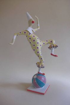 Escultura em papel representando palhaço equilibrando-se sobre uma bola. R$ 120,00