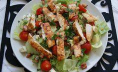 W kuchni Zouuzy: Sałatka Cobb - z kurczakiem, awokado i serem pleśn...