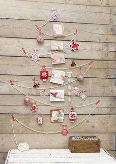 Kerstboom op oude planken, ook leuk om je kerstkaarten bij op te hangen.