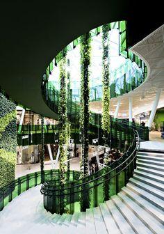 Prachtige groene wenteltrap. Een spiltrap draait rond een centrale spil, terwijl een wenteltrap draait rondom een open ruimte. Emporia / Wingårdhs, Malmø , Sweden, architects Tord-Rikard Söderström