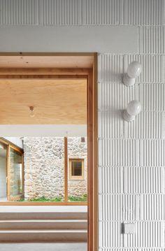 Flat Interior, Interior Exterior, Architecture Details, Interior Architecture, Primitive Dining Rooms, Barn Renovation, Cheap Houses, Spanish Style Homes, Brick Design