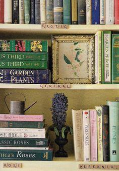 Quem tem muitos livros em casa sabe que pode dar um certo trabalho organizá-los! Por cor, por autor, por estilo...separamos abaixo algumas ideias de organi