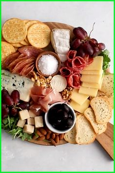 How to Make a Cheese Plate step by step! It's easy to make a gorgeous cheese plate presentation with a few simple ideas. This holiday (or any day!) appetizer can be made vegetarian or rounded out with meat, sausage, and other charcuterie. Use grapes, figs Charcuterie Recipes, Charcuterie And Cheese Board, Charcuterie Platter, Cheese Boards, Cheese Board Display, Crudite Platter Ideas, Snack Platter, Antipasto Platter, Grazing Platter Ideas