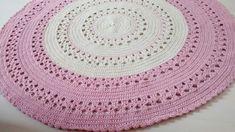 Tapete de barbante confeccionada na técnica de crochê.    Barbante de excelente qualidade.    Nas cores: cru e rosa    ** Aceitamos encomendas do tapete em cores diferentes **