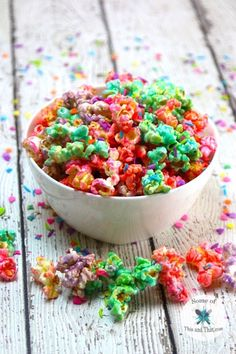 VISIT FOR MORE Unicorn Popcorn Recipe! Such a fun and colorful Unicorn food! Customize this Unicorn Popcorn Recipe with different flavors and colors! Creative Desserts, Easy Desserts, Dessert Recipes, Creative Things, Popcorn Recipes, Brownie Recipes, Unicorn Foods, Thing 1, Gel Food Coloring