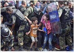 Wat een foto. Syrische vluchtelingen aan de grens met Macedonië.