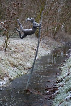Park van Beervelde, België. Polstokspringende haas.