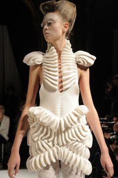 White - dress - fashion - Liu Fang Show - fabric manipulation Origami Fashion, 3d Fashion, Knitwear Fashion, Weird Fashion, Fashion Details, Fashion News, Runway Fashion, High Fashion, Fashion Show
