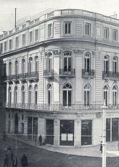 """La Casa del Nuevo Club de Madrid entre los años 1903 y 1908. Se aprecia, en su esquina, la joyería """"Kaas Frères"""" y contigua, en la calle de Cedaceros, 2 la tienda """"Modern Style""""."""