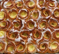 """""""Kunne du tenke deg å bake en kake?"""" Spørsmålet kommer, det er like sikkert som at solen står opp. Med en liten uke igjen før skoleferien er det høysesong for avslutninger og kakebaking. Jeg synes det er veldig koselig å kunne bidra med en kake, men det store spørsmålet er alltid; «h Norwegian Food, Norwegian Recipes, Cookie Pie, Recipe Boards, Nom Nom, Cake Recipes, Good Food, Food And Drink, Sweets"""
