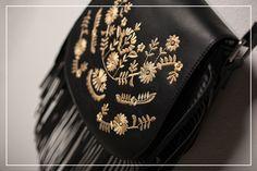 Bolsa preta com franjas e bordado