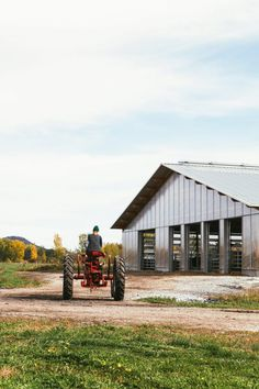 The Montréal studio designed the barn to improve the quality of life for both the animals and the workers at organic cheese farm Au Gré des Champs. La Shed Architecture, Industrial Architecture, Galvanized Sheet Metal, Surf Lodge, Ground Floor Plan, Living Environment, Modern Barn, Construction, Farmhouse