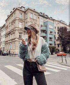 Köln - Ich verrate euch in meinem Blogbeitrag welche Instagram Spots in eurem Feed nicht fehlen dürfen!  Köln mit all seinen Facetten bieten unglaublich viele Fotomotive. Aber welche Location eignet sich am besten für gute Bilder?  Weil mich so viele von euch täglich fragen wo ich meine Instagram Bilder shoote – dachte ich, warum teile ich nicht einfach meine 26 Lieblings Spots mit euch.  Unten findet ihr die schönsten Ort der Stadt und eine geballte Ladung meiner favorite Spots Instagram Captions For Selfies, Instagram And Snapchat, Instagram Bio, Instagram Story, Spring Pictures, Poses For Pictures, Beautiful London, Hello Beautiful, Girl Photo Shoots