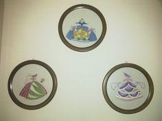 Στρόγγυλα καδράκια με διάφορες βελονιές.