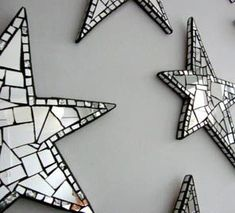 """Shiny stars decor - """"These would be so pretty, scattered among a grouping of silver and white picture frames. Mirror Mosaic, Mosaic Diy, Mosaic Crafts, Mosaic Projects, Mosaic Glass, Mosaic Tiles, Stained Glass, Glass Art, Mosaics"""