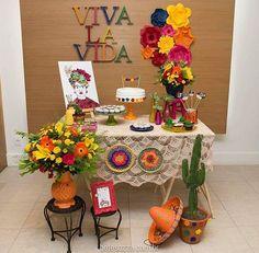 Decoração da @farfallaarte ❤ tema: Frida Kahlo 💛 detalhes lindos! Adorei!! . . #decorefesta #blogdecorefesta #fridakahlo #ideias #inspiração #deco #decor #decoração #festaadulto