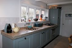 Blauwe keuken Kitchen Dining, Kitchen Island, Kitchen Cabinets, Modern Country Kitchens, Old Wall, Georgian Homes, Sweet Home, Home And Garden, House