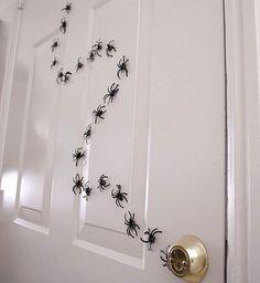 Porte couverte d'araignées