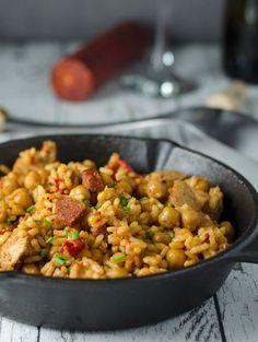 Spicy rice pan with chorizo ready in just 30 minutes - Food Recipes Spicy Recipes, New Recipes, Dinner Recipes, Cooking Recipes, Favorite Recipes, Delicious Recipes, Chorizo, Easy Family Meals, Easy Meals