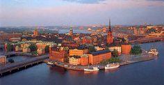 """Estocolmo, capital de Suecia, se originó en el barrio o isla actualmente conocido como Gamla Stan. Actualmente la ciudad ocupa otras 13 islas comunicadas por 57 puentes. Con esta disposición se ha ganado el socorrido apelativo de """"Venecia del Norte"""""""