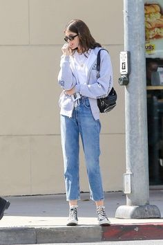 You pull out a lot of outfits. It is possible to assemble numberless outfits with less clothing pieces that is not true with patterned pieces. Minimalist outfits result in easy warm-weather style, plain and easy. Outfits With Converse, Casual Outfits, Fashion Outfits, Jeans Boyfriend, Mode Blog, Model Street Style, Kaia Gerber, Sleek Look, Aesthetic Clothes