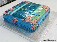 Torta tema marino decorata con la pasta di zucchero azzurro e corallo e  foto in zucchero. Torta al cioccolato
