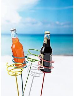 Keep your drinks OUT of the sand!  -  Mantenga sus bebidas fuera de la arena!