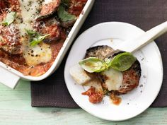 Typisch italienisch: der vegetarische Ofen-Klassiker mit der lila Eierfrucht: Auberginen-Auflauf mit Tomaten, Parmesan und Mozzarella | http://eatsmarter.de/rezepte/auberginen-auflauf