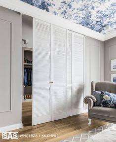 Sypialnia z akcentem na sufit | proj. SAS Wnętrza i Kuchnie Bedroom Closet Design, Small Bedroom Designs, Closet Designs, Wardrobe Doors, Bedroom Wardrobe, Small Dressing Rooms, Comfy Bedroom, Bedroom Cupboards, Dream Decor