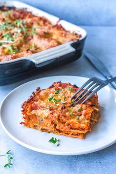 En nem og lækker opskrift på vegetar lasagne. Den klassiske lasagne skiftes her ud med en vegetarisk version med røde linser og gulerødder. Lasagnen er fyldt med smag fra krydderier, og toppes med smeltet cheddarost. Clean Recipes, Veggie Recipes, Healthy Dinner Recipes, Cooking Recipes, Vegetarian Cooking, Vegetarian Recipes, Helathy Food, Veggie Lasagna, Vegan Kitchen