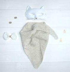 Vous avez été nombreuses à me réclamer le tuto du trendy châle que j'avais tricoté en coton pour une petite fille jolie. Alors, je vous ai concocté un modèle destiné aux bébés ou enfants 1er âge, u...