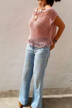 Jersey de punto rosa palo, suéter de mujer, top de verano tejido, ropa rosa pálido para verano El rosa palo es indiscutiblemente el color de esta temporada y este jersey, sutil, sugerente y fresco hará que este verano no pases desapercibida. Ideal para ponértelo en cualquier ocasión sobre