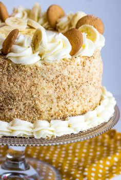 Utterly delicious this Banana Cream Cake is layered with banana pudding and sweet buttercream making this cake a great option to satisfy your sweet tooth! Mini Cakes, Cupcake Cakes, Köstliche Desserts, Dessert Recipes, Banana Cream Cakes, Banana Cream Cheesecake, Banana Pudding Cake, Bannana Cake, Banana Dessert
