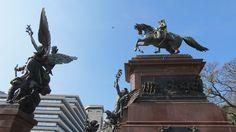 Plaza San Martin em Buenos Aires - DePasseioPor... Dicas de Buenos Aires Monumento ao General San Martín e aos Exércitos da Independência: O conjunto formado pelo Libertador sobre o cavalo foi o primeiro monumento equestre da Argentina (1862), obra do escultor francês Louis Joseph Daumas.