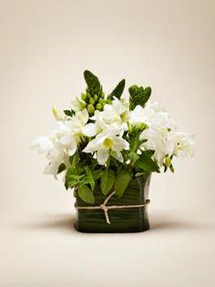 fiori e menta: Fiori bianchi e piante aromatiche: un centrotavola fresco e profumato, perfetto per l'estate.