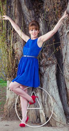 Chifon Chic Retro šatičky s kapsami. Modré šifonové šaty velmi ženského střihu, vpase s koženým páskem. Celé vypodšívkované, tudíš nositelné i s punčochami v zimě. Vytvoří na postavě krásný efekt přesýpacích hodin. Dostupné velikosti 38 a 40 (relevantní vlastně jen pro horní část těla, od pasu je už pak široká sukně): Délka celých šatů: 90cm Délka ...