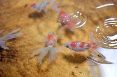 Olhando rápido, talvez você nem perceba que o recipiente cheio de água com peixinhos na verdade se trata de uma pintura tridimensional. Riusuke Fukahori é nome do artista especialista em pintar peixes dourados e enganar os nossos olhos. Mas nem sempre foi assim. Riusuke passava por uma crise profissional. Após 5 anos de formado na …