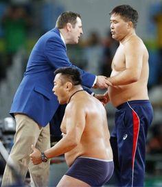 オリンピックはコーチも全力。レスリング男子フリー 65 キロ級 3 位決定戦で、服を脱いで判定に抗議するモンゴル選手のコーチら。リオデジャネイロ・リオ五輪 2016