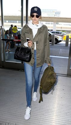 Gigi Hadid has nailed the airport chic look. The model of the moment looked casual chic in her laid back ensemble as she jetted out of New York on Wednesday. Style Gigi Hadid, Gigi Hadid Looks, Gigi Hadid Outfits, Style Casual, Casual Outfits, Cute Outfits, Fashion Outfits, My Style, Street Style