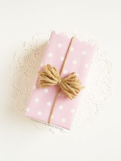 Ghirlanda di Popcorn. pink polka dot paper and twine. an unlikely coupling but I like it.