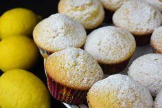 Nueva receta de magdalenas en Postres Caseros, esta vez unas deliciosas magdalenas de limón. Tienen una suavidad difícilmente igualable con ese toque de frescor que siempre aporta el limón cuando el sabor que aporta es tenue.