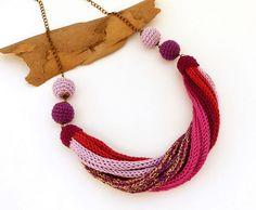 kötött - csavart nyaklánc lila, rózsaszín és arany színekben, horgolt bogyókkal / knitted - twisted necklace in purple, pink and gold colors with crochet beads #kötött #knitted #nyaklánc #necklace