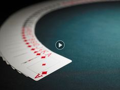 Bonne nouvelle : vous n'avez pas forcément besoin d'un jeu de tarot de Marseille pour vous amuser à prédire l'avenir. Un simple jeu de cartes suffit. Les... Lus, Medium, Horoscope, Messages, Couture, Simple, Playing Cards Art, Haute Couture