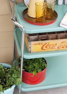 Painted patio furniture metal bar carts Ideas for 2019 Painting Patio Furniture, Patio Furniture Makeover, Metal Patio Furniture, Painted Bedroom Furniture, Retro Furniture, Kitchen Sink Interior, Metal Bar Cart, Landscaping With Rocks, Metallic Paint