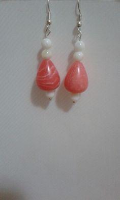 Pietre corallo e perline bianche