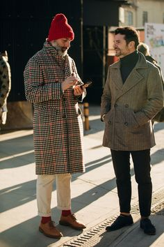 Die stylishen Männer (und Frauen) der Pitti Uomo in Florenz The stylish men (and women) of the Pitti Uomo in Florence Street Style Trends, Street Styles, Stylish Men, Men Casual, Smart Casual, Look Man, Winter Stil, Men Street, Cool Street Fashion